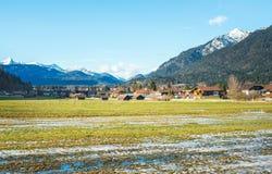 La valle verde in alpi bavaresi vicino a Garmisch-Partenkirchen a Fotografia Stock