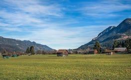 La valle verde in alpi bavaresi vicino a Garmisch-Partenkirchen a Immagini Stock