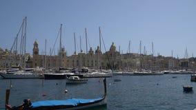 LA VALLETTA - MALTA, aprile 2018: Barche agli ancoraggi di Birgu, Malta archivi video