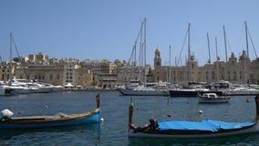 LA VALLETTA - MALTA, aprile 2018: Barche agli ancoraggi di Birgu, Malta stock footage