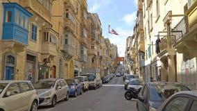 LA VALLETTA - MALTA, aprile 2018: Turisti che camminano lungo le vie medievali di La Valletta, Malta archivi video