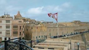 LA VALLETTA - MALTA, aprile 2018: Turisti che camminano lungo le vie medievali di La Valletta, Malta stock footage