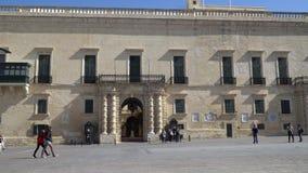 LA VALLETTA - MALTA, aprile 2018: Turisti che camminano lungo le vie medievali di La Valletta, Malta video d archivio