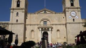 LA VALLETTA - MALTA, aprile 2018: Turisti che camminano lungo le vie medievali di La Valletta, Malta Co-cattedrale del ` s di St  archivi video
