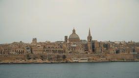 LA VALLETTA - MALTA, aprile 2018: Vista del mar Mediterraneo, di La Valletta e dell'isola di Malta stock footage