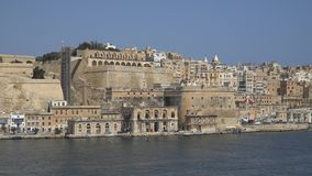 La Valletta - Malta, aprile 2018: Vista del mar Mediterraneo, di La Valletta e dell'isola di Malta dal san forte Angelo archivi video