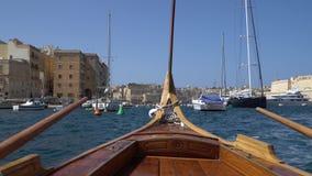 LA VALLETTA - MALTA, aprile 2018: La vista del mar Mediterraneo, La Valletta e l'isola di Malta dall'acqua rullano stock footage