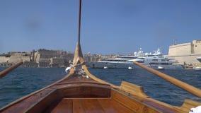 LA VALLETTA - MALTA, aprile 2018: La vista del mar Mediterraneo, La Valletta e l'isola di Malta dall'acqua rullano video d archivio