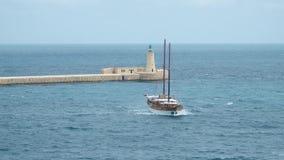 La Valletta - Malta, aprile 2018: Vista del mar Mediterraneo, del Ricasoli forte e dell'isola di Malta dalla costa di archivi video