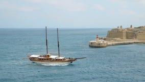 La Valletta - Malta, aprile 2018: Vista del mar Mediterraneo, del Ricasoli forte e dell'isola di Malta dalla costa di video d archivio
