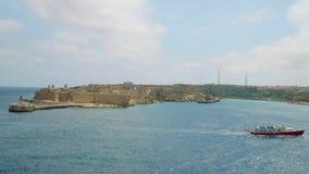 La Valletta - Malta, aprile 2018: Vista del mar Mediterraneo, del Ricasoli forte e dell'isola di Malta dalla costa di stock footage