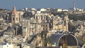 LA VALLETTA - MALTA, aprile 2018: Vista del mar Mediterraneo, del san Angelo e dell'isola di Malta dalla costa di La Valletta archivi video