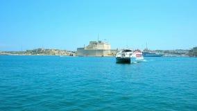 LA VALLETTA, MALTA - 19 GIUGNO 2018: Il traghetto galleggia da Birgu a La Valletta attraverso il grande porto con una vista sulla archivi video
