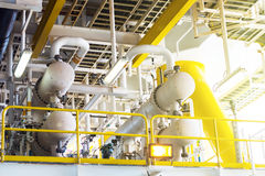 La valve et le tuyau rayent dans la plate-forme de pétrole et de gaz en mer Photographie stock