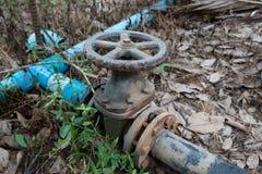 La valvola sul tubo in azienda agricola immagine stock