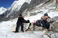 La van PASlarkya, NEPAL. 24 NOVEMBER 2013. De toeristen rusten hoog op a Stock Foto's