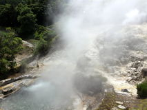 La vapeur chaude du sulfure d'hydrogène jaillit dans la ville de Furnas sur l'île de San Miguel Photographie stock libre de droits