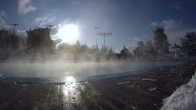 La vapeur se lève lentement au-dessus d'une piscine ouverte banque de vidéos