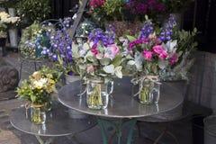 La variété colorée de fleurs s'est vendue sur le marché à Londres photo stock