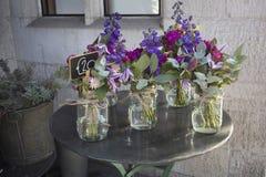 La variété colorée de fleurs s'est vendue sur le marché à Londres photographie stock