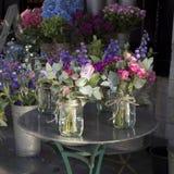 La variété colorée de fleurs s'est vendue sur le marché à Londres photographie stock libre de droits