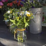 La variété colorée de fleurs s'est vendue sur le marché à Londres images stock