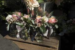 La variété colorée de fleurs vendues sur le marché à Londres photographie stock