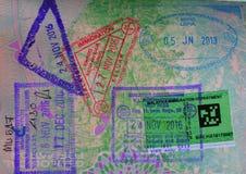 La variété de passeport emboutit sur une page de passeport Photos libres de droits