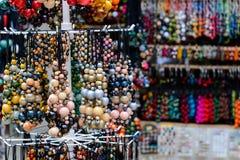 La variété de perles colorées en bois s'est vendue sur le marché en plein air Image libre de droits