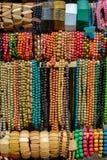 La variété de perles colorées en bois s'est vendue sur le marché en plein air Photographie stock