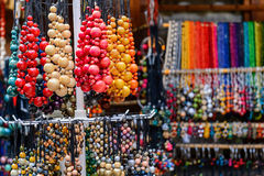 La variété de perles colorées en bois sur le marché en plein air Photo stock
