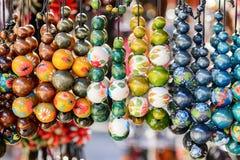 La variété de perles colorées en bois sur le marché en plein air Photographie stock libre de droits