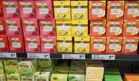 La variété du thé fruité 20g de Twinings emballe les baies, le gingembre et l'Apple, citron sur l'affichage dans l'épicerie Image stock