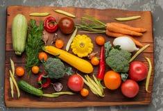 La variété saine de nourritures sont sur la table dans la cuisine Image stock