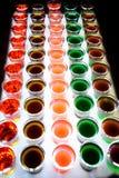 La variación de tiros alcohólicos duros sirvió en contador de la barra foto de archivo