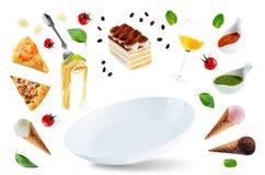 La variation de la nourriture italienne de vol et d'un plat blanc Image stock