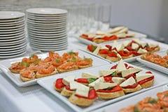 La variedad de bocadillos en una mesa de desayuno Fotografía de archivo