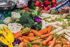 La variedad de verduras en el mercado vietnamita foto de archivo