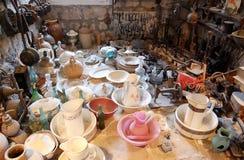 La variedad de viejos artículos del hogar en el cuarto recogió en la iglesia a Fotografía de archivo