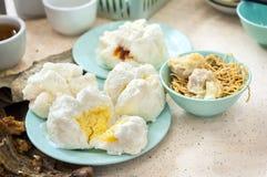 La varietà di piatti di dim sum è servito ad un centro del cibo cotto di Hong Kong Immagini Stock