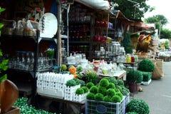 La varietà di decorazione domestica e gli ornamenti hanno venduto ad un deposito nella galleria di Dapitan a Manila, le Filippine Immagine Stock