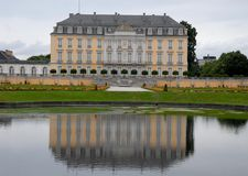 La vasca con acqua ed il lato ricco delle porte e le finestre delle finestre di Bruhl fortificano in Germania Fotografia Stock Libera da Diritti