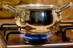 la vaschetta del metallo riscalda il fuoco di gas Fotografia Stock Libera da Diritti