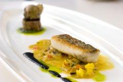 La vaschetta seared, cucina molecolare pelata croccante del merluzzo Fotografie Stock Libere da Diritti