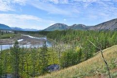 La vasta valle del fiume della montagna con un'alta scogliera. Fotografia Stock