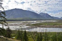 La vasta valle del fiume della montagna con un'alta scogliera Fotografia Stock Libera da Diritti