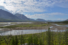 La vasta valle del fiume della montagna con un'alta scogliera Immagine Stock
