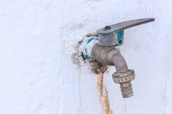 La vecchia acqua del rubinetto Immagine Stock