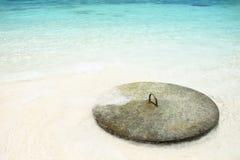 La vecchia ancora è stata lasciata alla spiaggia Fotografie Stock Libere da Diritti