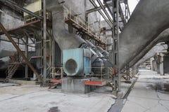 La vecchia attrezzatura in una centrale elettrica Immagini Stock